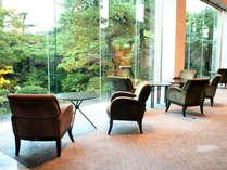 *当ホテル自慢のラウンジでは、日本庭園が望めます。