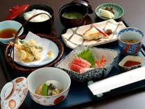 *和定食「梅」熱々の天ぷらに旬なお魚~お刺身を主にしたお料理です。(一例)