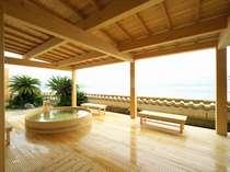【三ケ日温泉万葉の滝1階】ヒノキの香り漂う露天風呂。湖と夜空もお客様を優しく包みます。