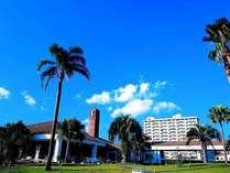 青い空に、椰子の木、緑の芝生、白いクラッセ棟、ギリシャ風のレストランミコノスがベストマッチ!