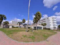 *【ロードス棟外観】広い敷地内に建物が点在するリゾートホテル。植物が多いのも特徴です。