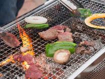 *【BBQ一例】お肉を焼く音と香りに誘われて、自然とみんなが集まり出す!