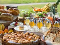 *【朝食一例】ホテル自慢のパンを天然のはちみつでどうぞ!