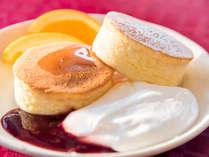 *【朝食バイキング】目の前で焼いてご提供する、あつあつホカホカのパンケーキ