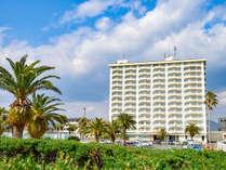 *【クラッセ棟外観】南国ムード溢れる浜名湖畔の温泉リゾート。青い空、緑の芝、白い建物。