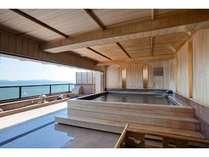 碧い海、青い空、心地のいい風が気持ちいい、檜造りの展望露天風呂