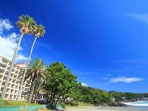 青い海と青い空に囲まれたホテル