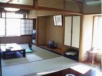 和室10畳+6畳バストイレ付木立の合間より渓流荒川を臨む