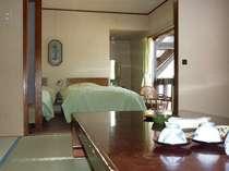 ベッド+6畳の和洋室バストイレ付