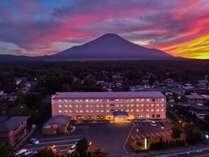 【朝焼けの富士山】早朝の朝焼けの富士山の景色は格別です