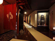 姫の湯入り口と、当館自慢の甲冑です