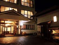 草津温泉旅館 「いで湯荘」夜の外観です。