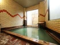 殿の湯は檜風呂。ご存知「湯畑」で湧いた温泉を100%かけ流しでご提供しております。