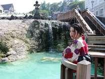 【お気に入りの色浴衣で】当館から草津の中心地まで徒歩5分ほど。