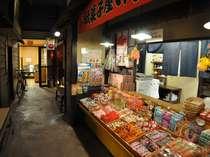 「懐かし横丁路地裏」駄菓子屋やラーメン屋台、囲炉裏スペースもあるよ
