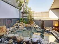 ◆男性大浴場内湯から露天風呂の眺め 柵の向こうは倉敷駅方面が見えます