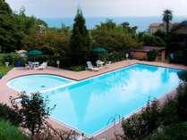 夏季限定オープンの屋外ガーデンプールでリゾート気分を満喫してください