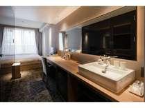 スタンダードルーム:壁一面の鏡が特徴的な洗面スペース