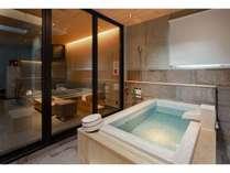 デラックススイートルーム:上階には半露天風呂があり、非日常的時間をお過ごしいただけます