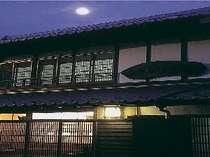 お月さんが美しいある日の夕闇