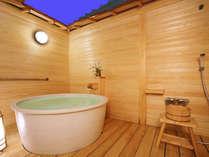 露天風呂付き洋室に設えられている白い陶磁器の露天風呂
