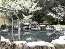 桜が見える和風露天風呂