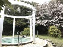桜が見える洋風露天風呂