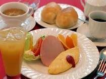 オープン以来変わらない人気の自家製焼きたてパン付朝食