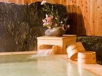 季節の風が心地よい、露天風呂でほっと一息。