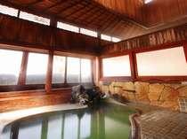硫黄の香りが立ち込める趣ある湯屋建築の内湯