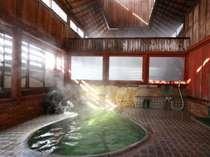 レトロな雰囲気で高い天井に湯気が抜けていく内湯。源泉・麻釜から引く天然温泉は100%かけ流しです。