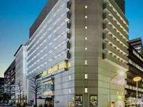 駅近ながら、静かで安全な通りに位置するホテル