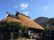 ◆【外観】寺泊唯一の茅葺屋根の宿。昔懐かしい日本の情景に心がほどかれます。