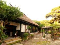 ◆【外観】築400年の茅葺屋根の古民家宿「まつや」へようこそ!