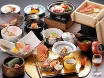 特別献立の会席料理。調理長が月替わりで季節の素材を使った献立を作ります。