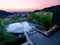 「宙(そら)の湯」は円形空中露天風呂。夕方から夜は、最高の夜景と開放感を楽しめる。