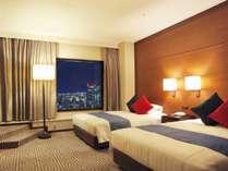 【プレミアツイン】(41,4平米/ベッド幅120cm)客室最上階の23階。煌めく夜景をお愉しみ下さい。