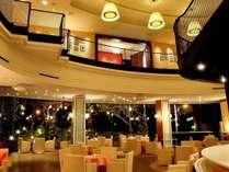 カフェ【セゾン】壁一面の窓からは幻想的なイルミネーションがご覧頂けます。