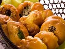 焼立てパンは自慢のサービス!!5種類以上のパンとバイキング形式でいただく朝食はリピーター多し!
