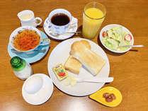 【朝食一例】トースト・サラダ・ドリンクのモーニングセット♪