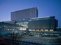 全景★JR小倉駅の上にそびえ立つホテルです★