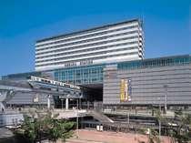 交通機関がすべて集まる小倉駅上に建つホテル