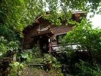山の宿 夢木楽のいりくちからみた外観です。宿の周りは自然いっぱいのいやし空間です。