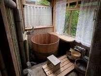 ひのきの木で作ったお風呂で3人ぐらいの利用になります