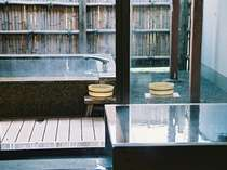 特別室内 露天風呂(離れ)100%源泉掛け流しの露天風呂と檜風呂。2012年10月撮影