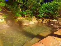 *男性用露天風呂/静かな山間にある松之山温泉。よく温まるお湯に浸かって日頃の疲れをリフレッシュ。