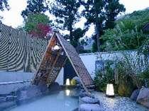 【本館・男湯露天】「芦ノ湖周遊風呂」はちょっと熱めの重曹泉が楽しめます。