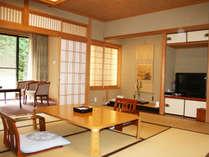 東館和室一例。窓からは豊かな緑が見え、ほっと快適にお過ごしいただけます。