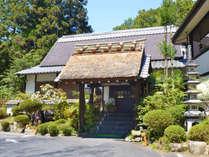 *赤目四十八滝から車で5分の好立地。豊かな自然の中で愉しむ、料理と温泉が自慢です。