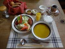朝食の自家製パン食のイメージです。4月からは健康的な品数豊富な和食をご用意します。
